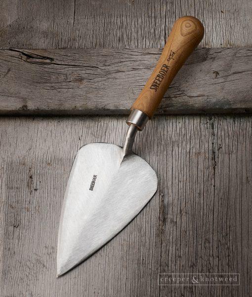 Sneeboer Transplanting Trowel-Long with Cherry Handle © creeperandknotweed.co.uk