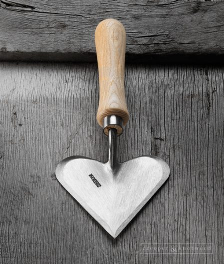 Sneeboer Heart Shaped Trowel with Ash Handle © creeperandknotweed.co.uk